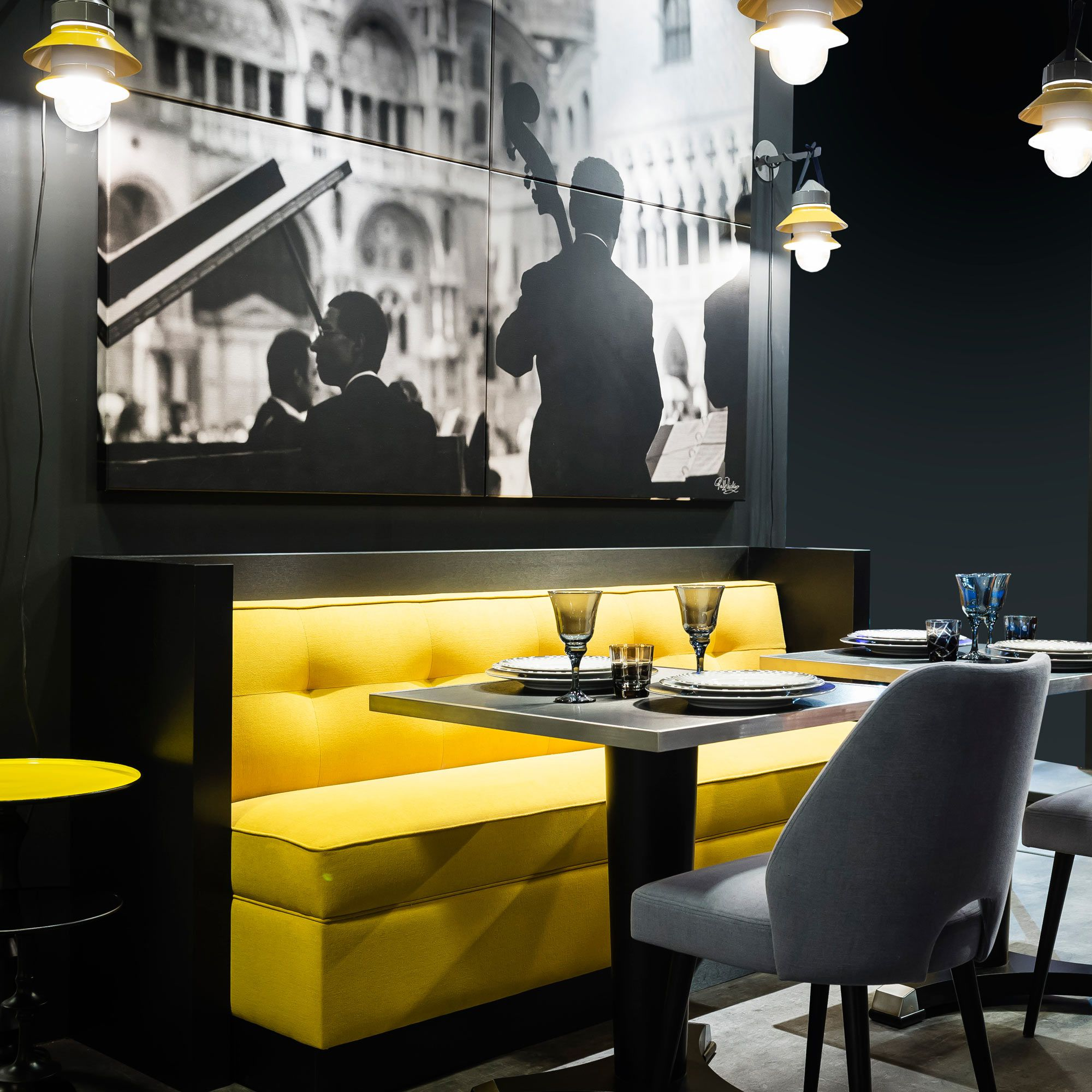banquette jaune pour caf restaurant woodoo collinet. Black Bedroom Furniture Sets. Home Design Ideas