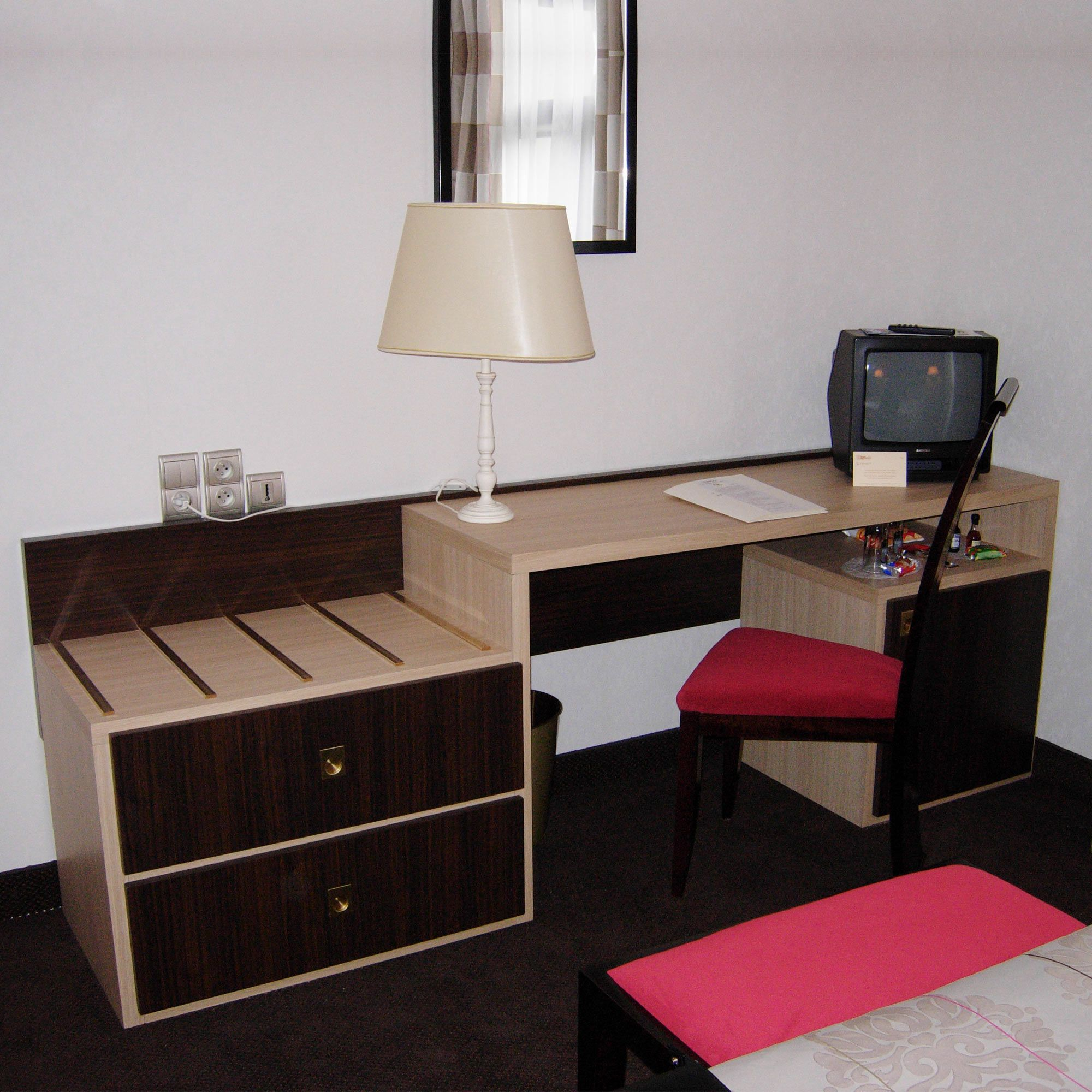 bureau porte bagage pour chambre d 39 h tel russy collinet. Black Bedroom Furniture Sets. Home Design Ideas